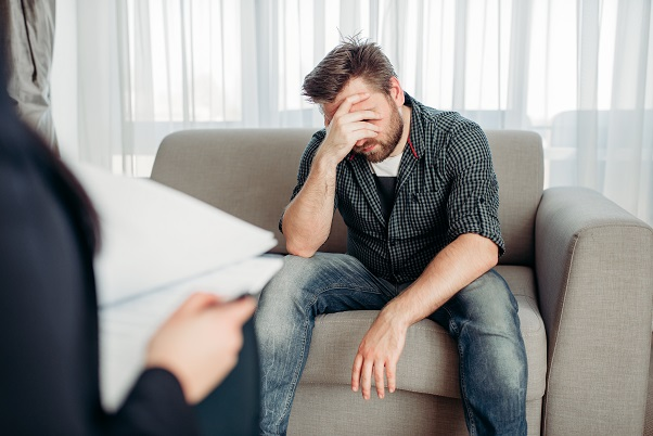 mężczyzna podczas wizyty u psychologa